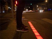 Москва: светодиодные полосы преградят пешеходам путь накрасный свет.