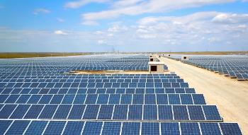 Накрупнейшей вРФ солнечной электростанции подОренбургом начался монтаж фотомодулей