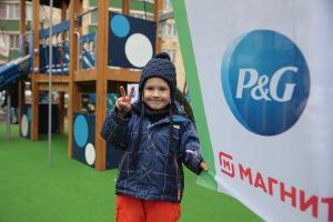 Procter & Gamble, «Магнит» иДима Билан превратили использованную пластиковую упаковку вдетскую площадку
